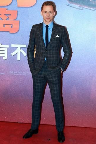 Cómo combinar: corbata negra, zapatos oxford de cuero negros, camisa de vestir azul, traje a cuadros azul marino