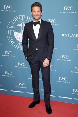 Cómo combinar: corbatín negro, zapatos oxford de ante negros, camisa de vestir blanca, traje azul marino