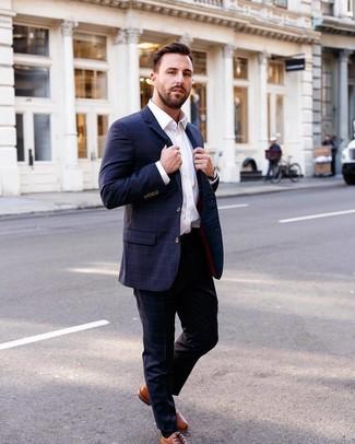 Cómo combinar: reloj de cuero negro, zapatos oxford de cuero en tabaco, camisa de vestir blanca, traje a cuadros azul marino