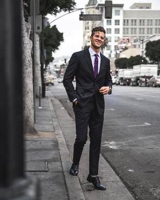 Cómo combinar: corbata morado, zapatos oxford de cuero negros, camisa de vestir violeta claro, traje negro