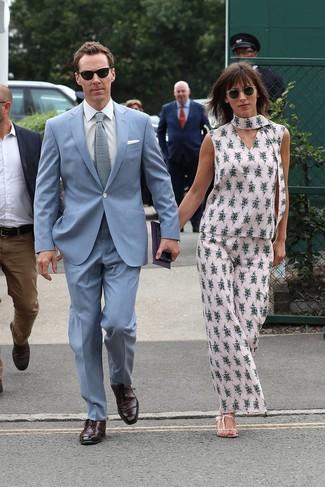 Cómo combinar: corbata de punto celeste, zapatos oxford de cuero burdeos, camisa de vestir blanca, traje celeste