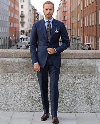 Cómo combinar: corbata a lunares negra, zapatos oxford de cuero burdeos, camisa de vestir celeste, traje azul marino