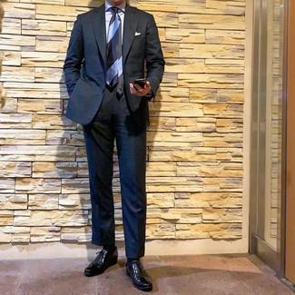 Cómo combinar: corbata de rayas horizontales celeste, zapatos oxford de cuero negros, camisa de vestir celeste, traje negro