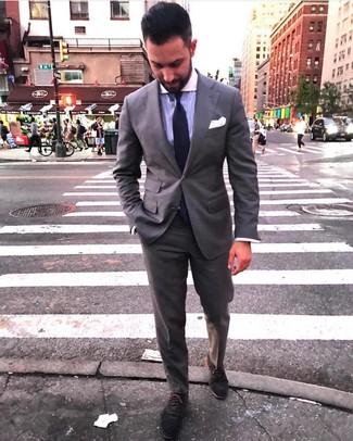 Cómo combinar: corbata de punto en violeta, zapatos oxford de ante en gris oscuro, camisa de vestir de rayas verticales violeta claro, traje gris