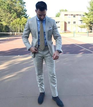 Cómo combinar: corbata estampada en negro y blanco, zapatos oxford de ante azul marino, camisa de vestir celeste, traje gris