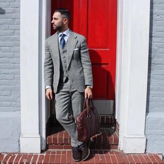 Combinar un portafolio de cuero marrón: Opta por un traje de lana gris y un portafolio de cuero marrón para una vestimenta cómoda que queda muy bien junta. Complementa tu atuendo con zapatos oxford de ante en marrón oscuro para mostrar tu inteligencia sartorial.