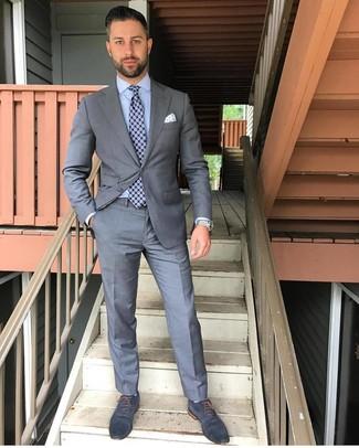 Cómo combinar: corbata estampada azul marino, zapatos oxford de cuero azul marino, camisa de vestir celeste, traje gris