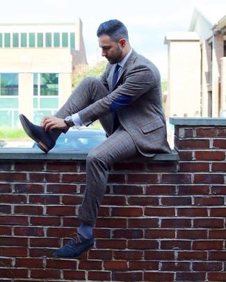 Cómo combinar: corbata a lunares en azul marino y blanco, zapatos oxford de ante azul marino, camisa de vestir blanca, traje de tartán gris