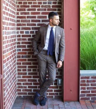 Cómo combinar: corbata a lunares en azul marino y blanco, zapatos oxford de cuero azul marino, camisa de vestir blanca, traje de tartán marrón