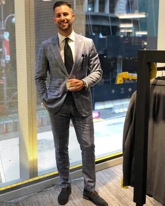 Cómo combinar: corbata negra, zapatos oxford de ante azul marino, camisa de vestir blanca, traje de tartán gris