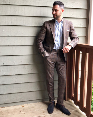 Combinar unos calcetines azules: Elige un traje de tartán marrón y unos calcetines azules para cualquier sorpresa que haya en el día. Dale un toque de elegancia a tu atuendo con un par de zapatos oxford de cuero azul marino.