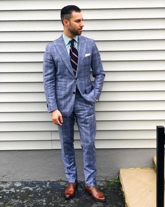 Cómo combinar: corbata de rayas verticales azul marino, zapatos oxford de cuero marrónes, camisa de vestir de rayas verticales verde, traje de tartán azul