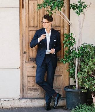 Combinar unos zapatos oxford de cuero negros: Opta por un traje de rayas verticales azul marino y una camisa de vestir blanca para una apariencia clásica y elegante. Zapatos oxford de cuero negros son una opción inmejorable para complementar tu atuendo.