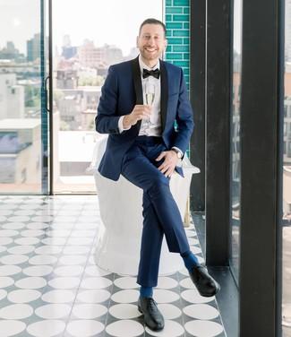 Combinar unos zapatos oxford de cuero negros: Considera emparejar un traje azul marino junto a una camisa de vestir blanca para una apariencia clásica y elegante. Zapatos oxford de cuero negros son una sencilla forma de complementar tu atuendo.