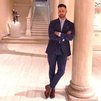 Cómo combinar: pañuelo de bolsillo estampado en multicolor, zapatos oxford de cuero marrónes, camisa de vestir violeta claro, traje de rayas verticales azul marino