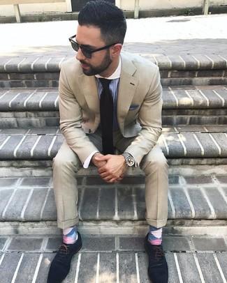 Cómo combinar: corbata negra, zapatos oxford de ante azul marino, camisa de vestir de rayas verticales azul, traje en beige