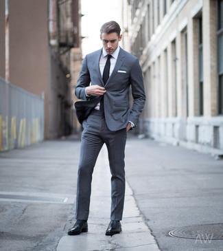 Cómo combinar: corbata negra, zapatos oxford de cuero negros, camisa de vestir blanca, traje en gris oscuro