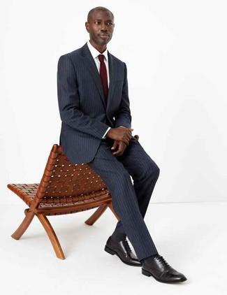 Cómo combinar: corbata burdeos, zapatos oxford de cuero negros, camisa de vestir blanca, traje de rayas verticales en gris oscuro
