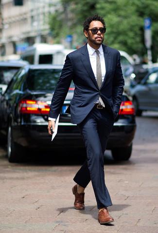 Combinar unos zapatos oxford de cuero marrónes: Empareja un traje azul marino junto a una camisa de vestir blanca para un perfil clásico y refinado. Zapatos oxford de cuero marrónes son una opción inmejorable para completar este atuendo.