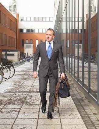 Combinar un pañuelo de bolsillo blanco: Ponte un traje en gris oscuro y un pañuelo de bolsillo blanco para una vestimenta cómoda que queda muy bien junta. Opta por un par de zapatos oxford de cuero negros para mostrar tu inteligencia sartorial.