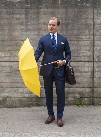 Outfits hombres estilo elegante: Utiliza un traje a cuadros azul marino y una camisa de vestir blanca para rebosar clase y sofisticación. Zapatos oxford de cuero marrónes son una opción excelente para completar este atuendo.