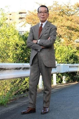 Combinar unos zapatos oxford de cuero: Elige un traje de lana de tartán en gris oscuro y una camisa de vestir blanca para rebosar clase y sofisticación. Un par de zapatos oxford de cuero se integra perfectamente con diversos looks.
