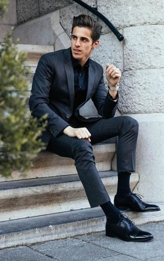 Combinar una camisa de vestir negra para hombres de 30 años: Opta por una camisa de vestir negra y un traje negro para rebosar clase y sofisticación. Zapatos oxford de cuero negros son una opción excelente para complementar tu atuendo.