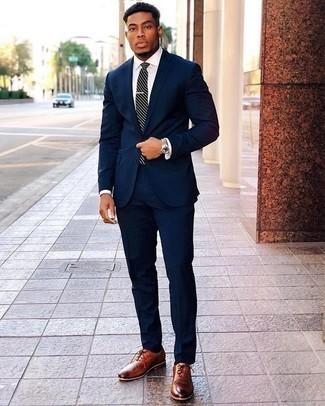 Combinar una corbata de rayas horizontales en azul marino y blanco: Emparejar un traje azul marino junto a una corbata de rayas horizontales en azul marino y blanco es una opción inmejorable para una apariencia clásica y refinada. ¿Te sientes valiente? Completa tu atuendo con zapatos oxford de cuero en tabaco.