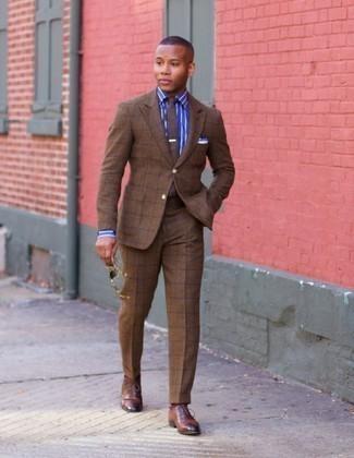 Combinar un traje a cuadros marrón: Emparejar un traje a cuadros marrón con una camisa de vestir de rayas verticales azul es una opción buena para una apariencia clásica y refinada. Luce este conjunto con zapatos oxford de cuero marrónes.