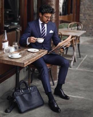 Combinar una corbata de rayas horizontales en azul marino y blanco: Elige un traje azul marino y una corbata de rayas horizontales en azul marino y blanco para un perfil clásico y refinado. Zapatos oxford de cuero negros contrastarán muy bien con el resto del conjunto.