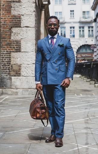 Combinar unos zapatos oxford de cuero en marrón oscuro: Casa un traje azul junto a una camisa de vestir blanca para rebosar clase y sofisticación. Zapatos oxford de cuero en marrón oscuro son una opción práctica para complementar tu atuendo.