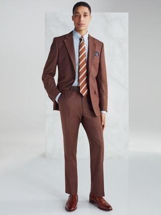 Combinar un pañuelo de bolsillo estampado azul: Intenta combinar un traje marrón junto a un pañuelo de bolsillo estampado azul para un look diario sin parecer demasiado arreglada. Elige un par de zapatos oxford de cuero en tabaco para mostrar tu inteligencia sartorial.