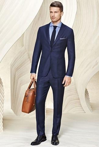 Combinar un traje azul marino: Elige un traje azul marino y una camisa de vestir de cambray celeste para rebosar clase y sofisticación. Zapatos oxford de cuero negros son una opción perfecta para complementar tu atuendo.