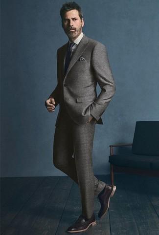 Combinar unos zapatos oxford de cuero en marrón oscuro: Elige un traje gris y una camisa de vestir blanca para rebosar clase y sofisticación. Zapatos oxford de cuero en marrón oscuro son una opción inigualable para completar este atuendo.