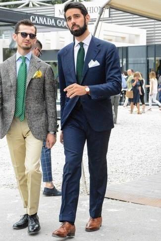 Combinar unos zapatos oxford de cuero marrónes: Intenta ponerse un traje azul marino y una camisa de vestir blanca para una apariencia clásica y elegante. Zapatos oxford de cuero marrónes son una opción excelente para complementar tu atuendo.