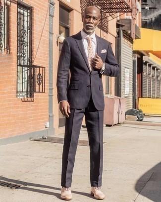 Combinar un traje de rayas verticales en gris oscuro: Considera ponerse un traje de rayas verticales en gris oscuro y una camisa de vestir de tartán blanca para una apariencia clásica y elegante. Con el calzado, sé más clásico y elige un par de zapatos oxford de cuero en beige.