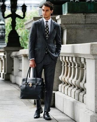 Combinar un pañuelo de bolsillo en gris oscuro: Empareja un traje en gris oscuro junto a un pañuelo de bolsillo en gris oscuro para un look diario sin parecer demasiado arreglada. Agrega zapatos oxford de cuero negros a tu apariencia para un mejor estilo al instante.