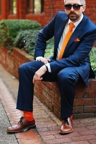 Combinar unos calcetines naranjas: Haz de un traje azul marino y unos calcetines naranjas tu atuendo para un look diario sin parecer demasiado arreglada. Con el calzado, sé más clásico y elige un par de zapatos oxford de cuero marrónes.