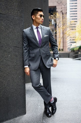 Combinar un traje de rayas verticales gris: Ponte un traje de rayas verticales gris y una camisa de vestir blanca para una apariencia clásica y elegante. Zapatos oxford de cuero negros son una opción grandiosa para completar este atuendo.