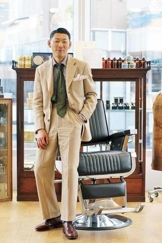 Combinar una camisa de vestir gris: Considera ponerse una camisa de vestir gris y un traje en beige para un perfil clásico y refinado. Este atuendo se complementa perfectamente con zapatos oxford de cuero marrónes.