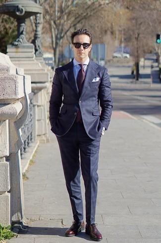Combinar un pañuelo de bolsillo blanco: Casa un traje azul marino junto a un pañuelo de bolsillo blanco para un almuerzo en domingo con amigos. ¿Te sientes valiente? Opta por un par de zapatos oxford de cuero burdeos.