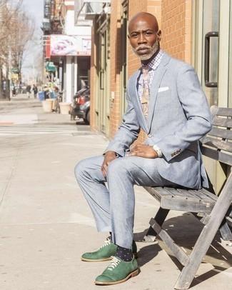 Combinar unos calcetines a lunares en azul marino y blanco: Opta por un traje celeste y unos calcetines a lunares en azul marino y blanco para un almuerzo en domingo con amigos. ¿Te sientes valiente? Opta por un par de zapatos oxford de cuero verde oscuro.