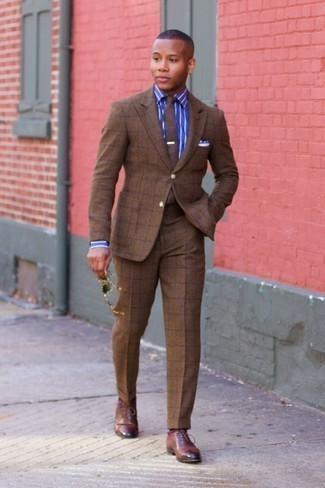 Combinar un traje a cuadros marrón: Ponte un traje a cuadros marrón y una camisa de vestir de rayas verticales azul para un perfil clásico y refinado. Elige un par de zapatos oxford de cuero marrónes para mostrar tu inteligencia sartorial.