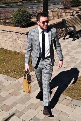 Combinar una camisa de vestir blanca para hombres de 30 años: Utiliza una camisa de vestir blanca y un traje de tartán gris para rebosar clase y sofisticación. Zapatos oxford de ante en marrón oscuro son una opción grandiosa para complementar tu atuendo.