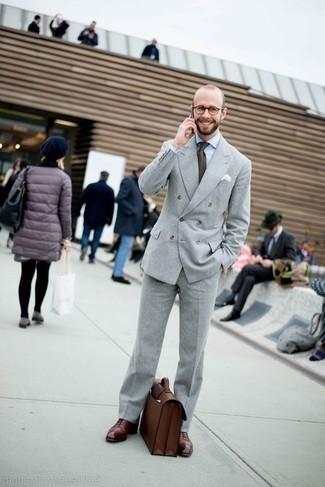 Moda para hombres de 30 años: Elige un traje gris y una camisa de vestir blanca para una apariencia clásica y elegante. Zapatos oxford de cuero burdeos son una opción grandiosa para complementar tu atuendo.