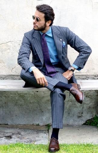 Cómo combinar: corbata estampada morado, zapatos oxford de cuero marrónes, camisa vaquera azul, traje de rayas verticales gris