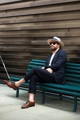 Combinar un sombrero de paja en beige: Considera ponerse un traje azul marino y un sombrero de paja en beige para cualquier sorpresa que haya en el día. Elige un par de zapatos oxford de cuero marrónes para mostrar tu inteligencia sartorial.