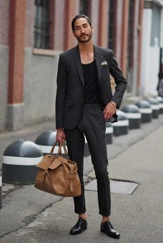 Combinar un traje en gris oscuro: Si buscas un estilo adecuado y a la moda, intenta combinar un traje en gris oscuro junto a una camiseta sin mangas negra. Con el calzado, sé más clásico y opta por un par de zapatos oxford de cuero negros.