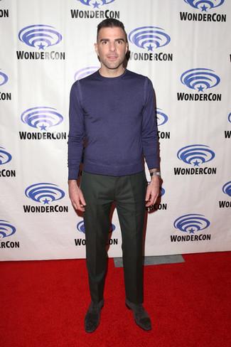 Cómo combinar: zapatos oxford de ante en gris oscuro, pantalón de vestir verde oscuro, jersey con cuello circular en violeta