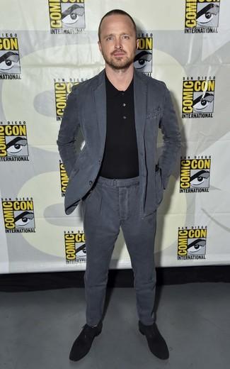 Cómo combinar: zapatos oxford de ante negros, camisa polo negra, traje de algodón en gris oscuro